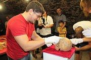 Nález lidských ostatků z Příběnické ulice datují archeologové do doby třicetileté války.