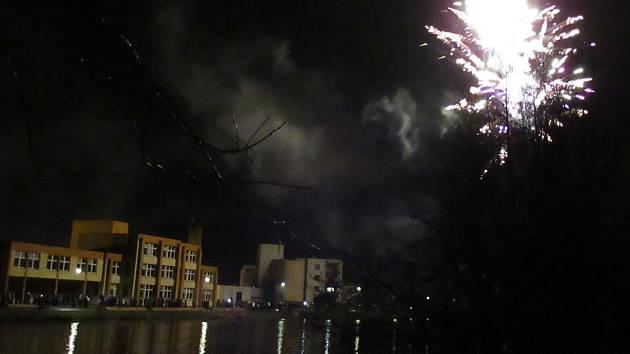 Novoroční ohňostroj v Plané nad Lužnicí 1. ledna 2019.