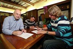 Zástupci T2020, ČSSD a Jinak! podepsali dohodu o nerozlučnosti
