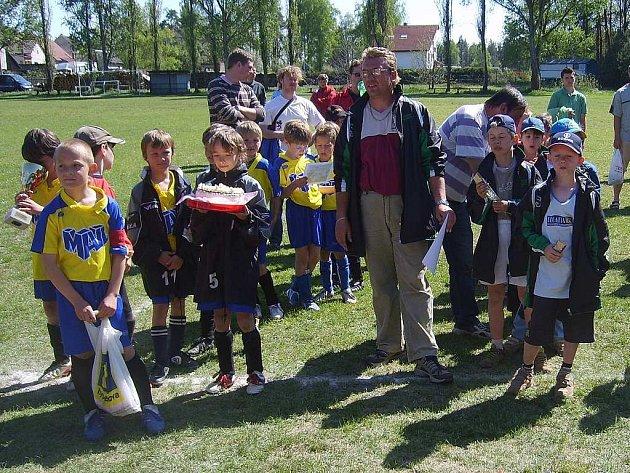 Malí fotbalisté dvanácti týmů přípravek oslavili úterní Svátek práce účastí na turnaji v Roudné. Vítězná trofej se nakonec stěhovala do Milevska.