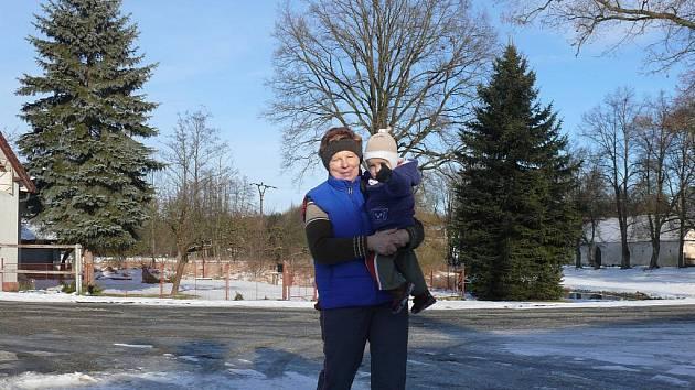 """Na procházce s vnoučkem potkáte Marii Pítrovou v Ratajích snad každý den. """"Mladí pracují v Bechyni, tak vnoučka hlídám často. Procházíme se po okolí a užíváme si klid,"""" říká Pítrová"""