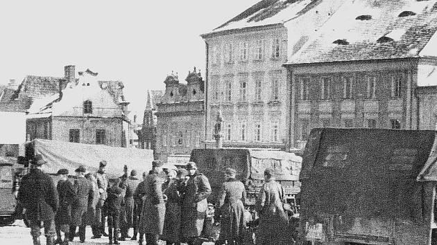 Němečtí vojáci s bojovou technikou na táborském Žižkově náměstí dne 16. března roku 1939.
