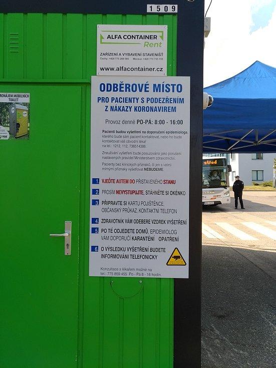Strážníci dohlíží na odběrové stanoviště pro osoby s podezřením na nákazu koronavirem, v úředních hodinách stráží městský úřad či budou dozorovat karanténní zařízení na Blanickém předměstí.