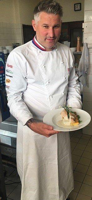 Šéfkuchař Jan Horský servíruje v Rose kuřecí prso na polentě s hráškem.