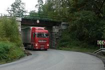 Do železničního viaduktu ráno narazil řidič Škody Octavia