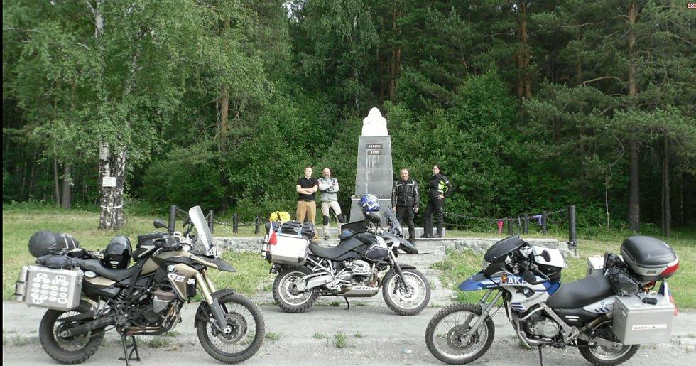 Romana Radostová na motorce u původního rozdělovníku Evropy a Asie v Rusku.