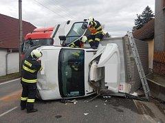V Chýnově havaroval kamion, převrátil se na bok a zablokoval cestu.