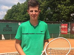 OPORA Mladý a talentovaný tenista Jan Sedláček podává v dresu LTC Tábor spolehlivé výkony.