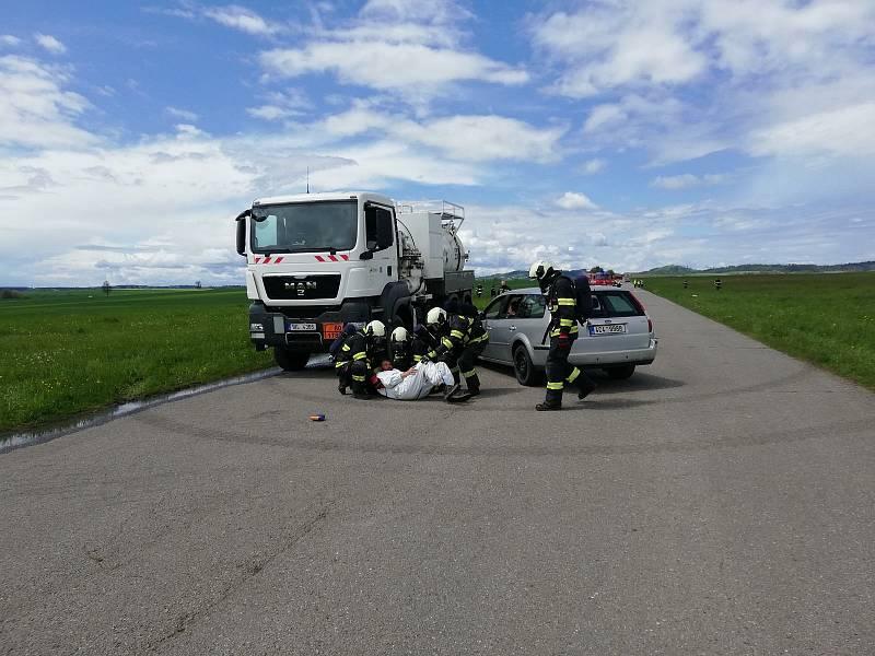 Na letišti Tábor - Všechov se uskutečnilo taktické cvičení, jehož námětem byla dopravní nehoda na dálnici D3, při které se střetla cisterna s osobním automobilem.