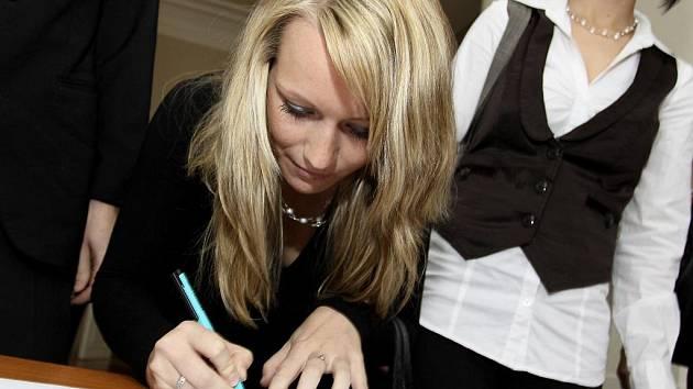 Eva Pytlíková z Tábora při podpisu imatrikulačního slibu.