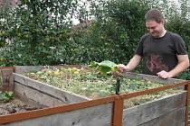 Jan Čížek při obhlídce kompostu.
