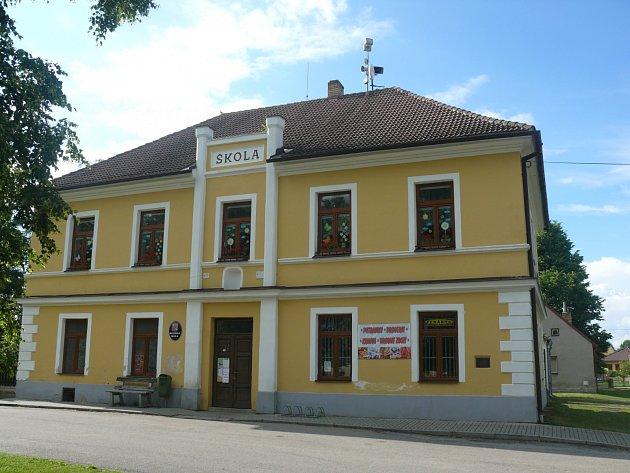 Obecná škola ve Svinech.
