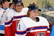 Brankářka Kristýna Bláhová, za ní její souputnice z reprezentace do osmnácti let Anna Kotounová.
