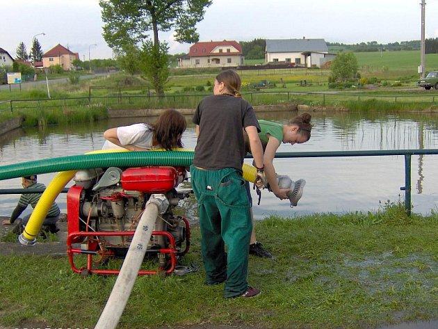 Ženský tým při tréninku u požární nádrže ve Vřescích.