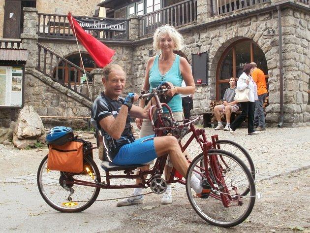 Miroslav Vacek předvedl svoji tříkolku, na kterou má patent, minulou středu před táborskou zemědělskou školou. Stejně jako na lodi, se na tříkolce rozjedete za pomoci veslování. Řidítka přitáhnete k sobě a zatlačíte do pedálů.