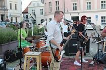 Ve středu večer se u Stánku na táborském Žižkově náměstí konal koncert plzeňské punkové kapely Znouzectnost.