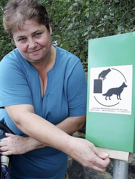 SÁČKY. Pejskařka Marie Blafková stojánky využívá jen zřídka. Pytlíky  má z městského úřadu.