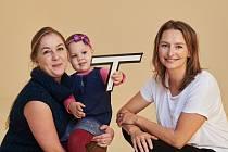 Ředitelka nadace Šárka Procházková s rodinou, které pomáhají tzv. Dobří andělé.