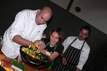 Že to jde jednoduše, chutně a přitom zdravě, ukázali včera žákům Základní školy Zborovská Tábor známí televizní kuchaři Ondřej Slanina a Filip Sajler.