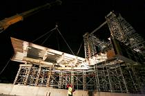 Noční práce na stavbě mostu.