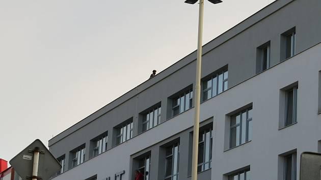 Starší muž v Táboře ve Vančurově ulici zaměstnal všechny složky integrovaného systému. Po půl 10 večer skočil z třetího patra Centra univerzita Tábor.
