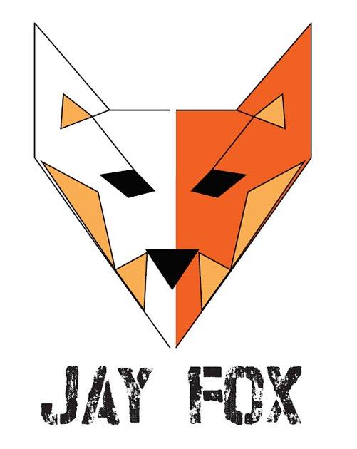 LOGO. Nechtěl vystupovat pod svým jménem, jeho kanál, který je nezpoplatněný, má pomáhat lidem. Chtěl ho tedy zaštítit maskou, a tou je Jay Fox.