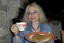 Se šálkem tamějšího tradičního nápoje Le cidre v Bretani, kde Ludmila Peřinová pravidelně tráví část letních prázdnin.