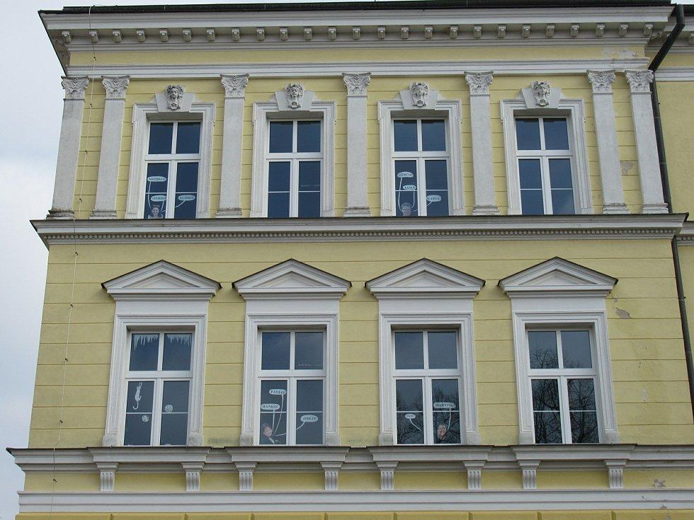 Základní škola Chýnov přišla s originálním nápadem. Školní asistentka s vedením zrealizovala nevšední výzdobu budovy na Gabrielově náměstí.