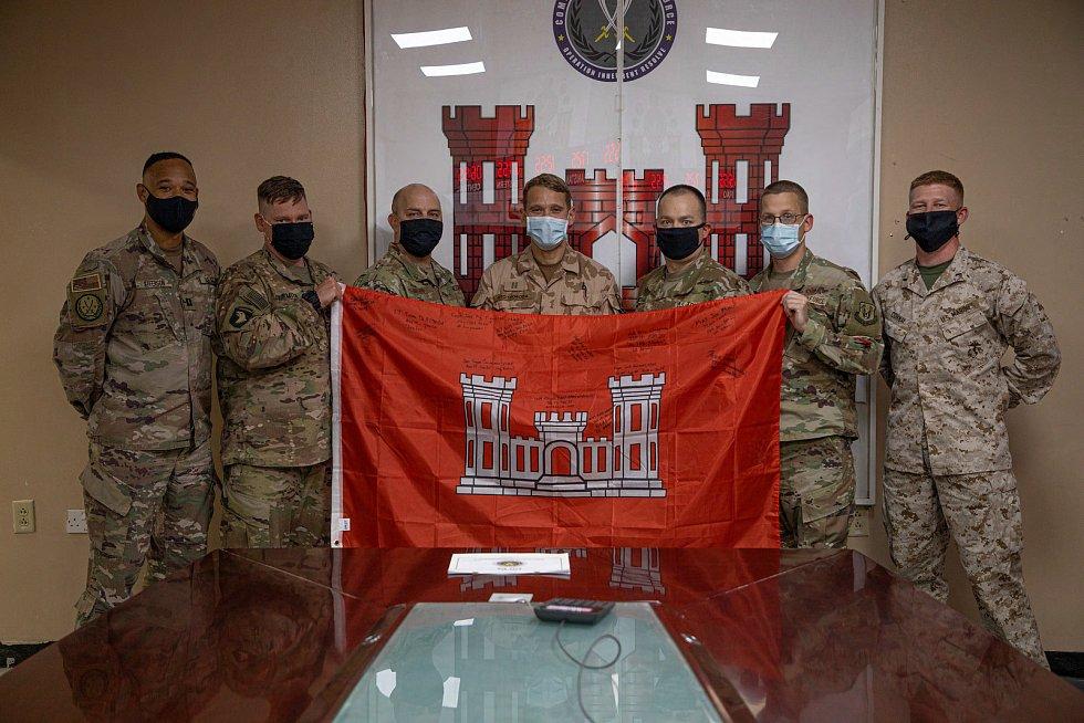 Příslušníci Combined Joint Engineers (Ženijní oddělení) se symbolem ženijního vojska, nrtm. Oto Svoboda uprostřed