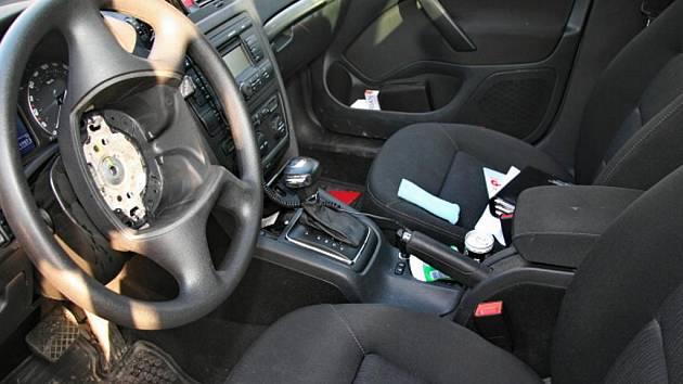 Po zlodějích zůstala škodovkám díra ve volantu.