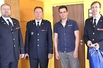Hrdinu Michala Lutovského (druhý zprava) ocenil ředitel HZS v Táboře Petr Hojsák (vpravo)