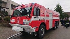 Mladovožičtí dobrovolní hasiči převzali novou požární cisternu Tatra T 815–7 o objemu devíti kubíků.