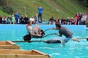 Prázdniny v Chýnově končí neckyádou v bazénu.
