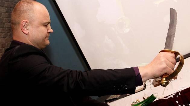 Ivo Dvořák se soustřeďuje při sabráži. Zvyk pochází z napoleonských dob.