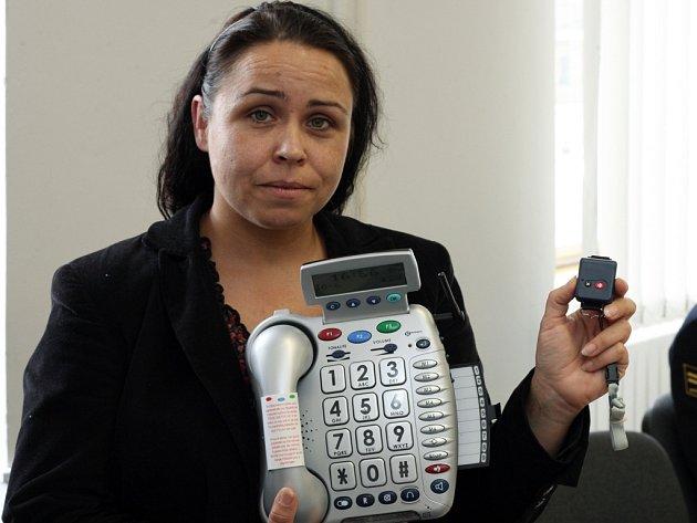 Takový strojek s tlačítkem (na snímku) dostanou k telefonu senioři, kteří o službu projeví zájem. Součástí je i čidlo pohybu, které monitoruje byt.