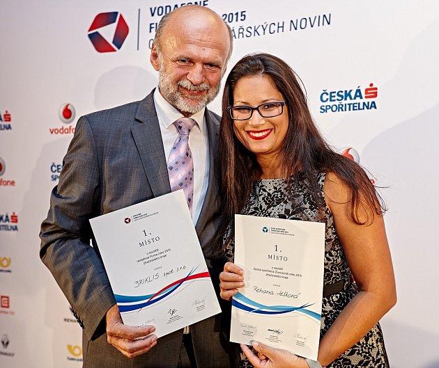 Nejprve se Rehana Ježková stala jihočeskou živnostnicí. Na snímku s ředitelem firmy Briklis Miroslavem Šmejkalem, který převzal titul Firma roku 2015 Jihočeského kraje.