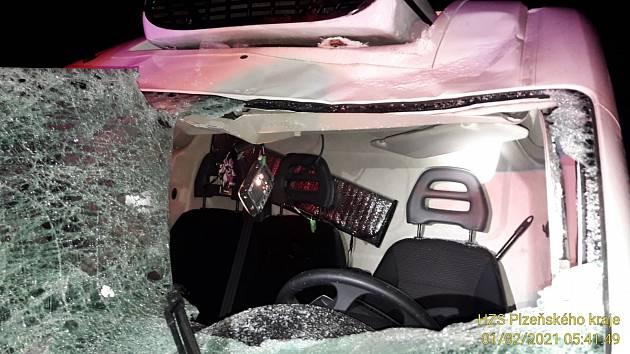 Na dodávku spadl kus ledu, který se uvolnil z projíždějícího kamionu.