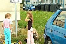 Děti žijící ve třech bytovkách v prostoru bývalých tachovských kasáren si mohou hrát jen na parkovištích mezi auty.