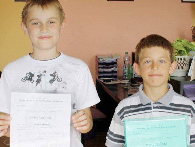Prvními, kdo se přišel do redakce Tachovského deníku pochlubit pěkným vysvědčením, byli Adam Svejkovský a Tomáš Machač (zleva)