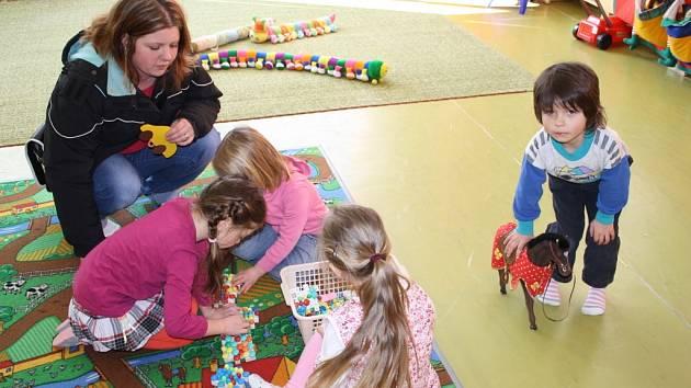 PŘI AKCI PRO veřejnost, kterou uspořádala Mateřská škola Stadtrodská v Tachově, přivedli rodiče své děti do běžného provozu školky.
