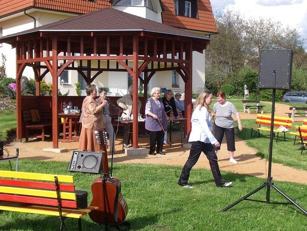 KULTURNĚ SPOLEČENSKÉ ODPOLEDNE se uskutečnilo v areálu domu s pečovatelskou službou v Konstantinových Lázních. Zúčastnily se jej tři desítky seniorů.