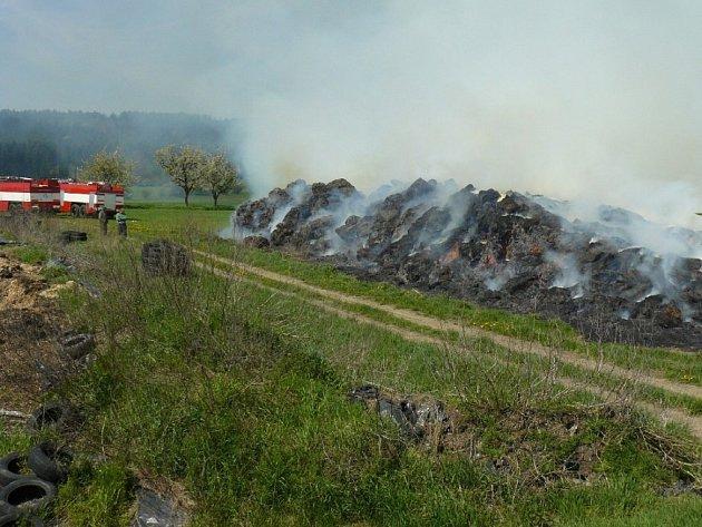 Požár stohu u Černošína.