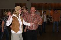 Country bál měl skvělou hudbu, ale málo tanečníků