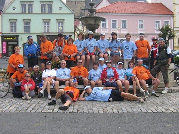 Účastníci letošního cykloturistického setkání z Tachova a z Tachova u Doks se nechali zvěčnit na památku na tachovském náměstí
