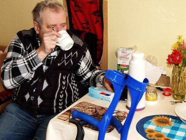 NEHORÁZNOST. Tak označuje pětašedesátiletý Václav Novák (na snímku) ceník za služby v domovech pro seniory.