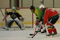 Hokejisté Tatranu Přimda (v červenočerných dresech) na zimním stadionu v Tachově jasně přehráli celek Sokola Díly