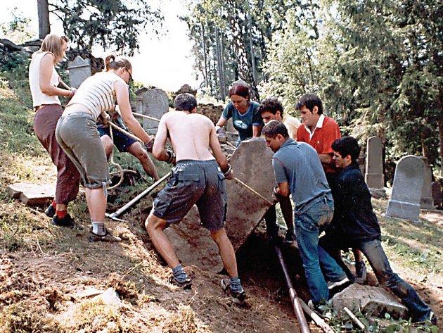 Na obnově židovského hřbitova v Řebří, který byl prohlášen za kulturní památku, se podíleli také účastníci mezinárodních workcampů.