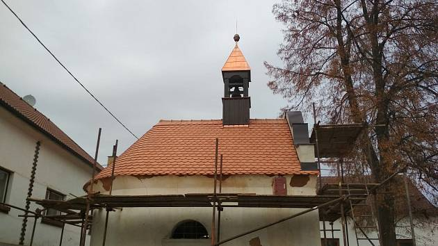 Kaplička ve Vrbici dostala novou střechu a zvoničku.