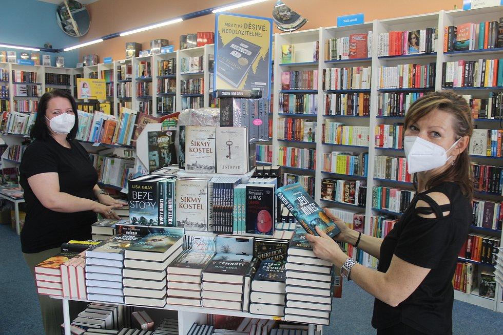 Po téměř pěti měsících mohli v pondělí otevřít také v knihkupectví na náměstí v Tachově a v klenotnictví U Zlatého orla v Tachově.