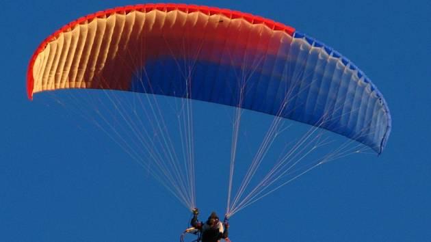 Paragliding je letecký sport. Provozují ho i na letišti v Erpužicích nedaleko Stříbra.